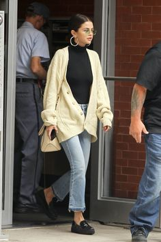 September 29: Selena leaving her apartment in New York, NY [HQs]