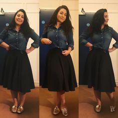 #lookdodia: Camiseta jeans, saia midi preta e mule dourado. Hoje menina Célia está fashionista, de mule dourado pouco básico e camiseta jeans amarradinha pra dar um charme. Look especialmente para as meninas que gostam de um visual descolado. E aí, gostaram? Usariam? . . . #beauty #cute #picoftheday #motivation #me #webstagram #christmas #girl #fun #fashion #selfie #instalike #makeup #like4like #instagood #beautiful #art #fashion #repost #photooftheday #modestia #smile #instadaily…