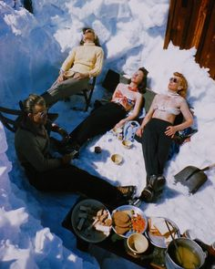 Sun Valley, Idaho Vintage Photo of skiers taking a break and having lunch. See more vintage photography and vintage … Ski Vintage, Vintage Winter, Vintage Travel, Vintage Posters, Sun Valley Idaho, Ski Et Snowboard, Snowboarding, Mode Au Ski, Vive Le Sport
