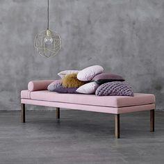 Revêtue de tissu rose poudré, la méridienne Diva affiche une allure de star & un style contemporain élégant : un must have tendance scandinave pour le salon...