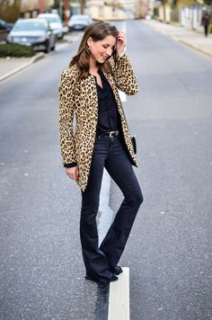 Outfit / Look / Style / streetstyle / casual / chic/ all black / total black / Zara / flared / jeans / leo / leopard / print / muster / animal print / chanel / boy bag / Tasche /spring / Frühling / Trend / inspo / Fashion / Blog / Blogger / Deutschland / Germany / Stephanie van Klev