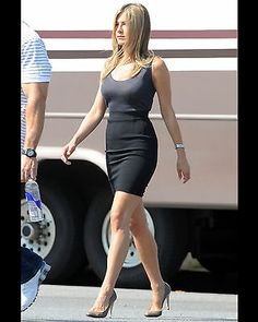 Jennifer Aniston Photo Picture Pic Hot Sexy Little Top Tight Skirt Candid 6 Jennifer Aniston Style, Jennifer Aniston Pictures, Jenifer Aniston, Celebrity Photos, Celebrity Style, Bollywood Photos, Legally Blonde, Red Suit, Ali Larter