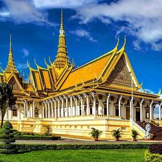 The Royal Palace is one of Phnom Penh's most amazing architectural achievements. The palace was built in 1866 and is a famous landmark in #Cambodia ✌