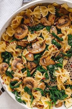 Parmesan Spinach Mushroom Pasta Skillet - Super quick and impossible to mess up! This parmesan spinach mushroom pasta skillet is the ultimate win for vegetarian weeknight dinners! - by dinner recipes healthy Parmesan Spinach Mushroom Pasta Skillet Spinach Mushroom Pasta, Spinach Stuffed Mushrooms, Mushroom Sauce, Pasta With Spinach, Pasta With Mushrooms, Mushroom Ravioli, Spinach Artichoke Pasta, Spinach Stuffed Chicken, Tasty Vegetarian