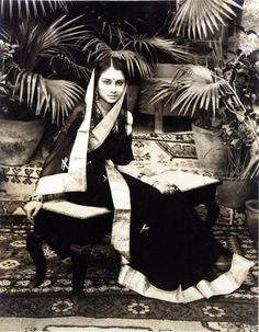 Popularly known as the Rajmata of Gwalior, she was a prominent Indian political personality. Vijayaraje Scindia in the in a gold bordered sari. A style so popular in the Udaipur, Jaisalmer, Vintage Photographs, Vintage Photos, Colonial India, British Colonial, History Of India, Vintage India, Indian Heritage