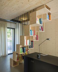 Ispirazione piccola scala che diventa anche libreria, ideale per sfruttare i pochi metri quadrati a disposizione - idee scale in legno