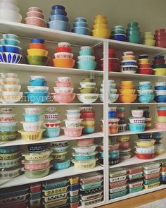 Epic Pyrex display ~ These wonderful dishes, organized to perfection, just make me smile! Pyrex Vintage, Vintage Kitchenware, Vintage Dishes, Vintage Glassware, Retro Vintage, Vintage Bowls, Vintage Bar, Pyrex Display, Display Shelves