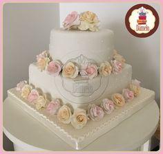 Matrimonio! Torta de 2 pisos forrada con masa fondant, decorada con aplicaciones de glasé y con rosas elaboradas en azúcar.  #tortaconrosas, #tortadematrimonio, #tortadeboda, #tortadebodacivil, #tortadematrimoniocivil, #matrimonio, #DameloRegalos