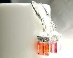Kurze orange Mandarine Swarovski Kristall Ohrringe sind mit glitzernden Strass-Steinen kombiniert. Akzentuiert mit einem klarem Kristall an der Spitze. Handarbeit mit Sterling Silber Draht und Sterling Silber Brisur Ohrring Verschlüsse.  Diese orange Swarovski-Kristall-Würfel imitieren die Edelstein Karneol - eine einzigartige und kühlen Schatten der rot-Orange Farbe. Perfekte Ohrringe zu tragen jeden Tag zum Arbeiten und spielen.  Dieser Stil ist beliebt bei Bräute für ihre Braut als…