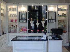 Výroba luxusní vitríny Parfumery v Praze