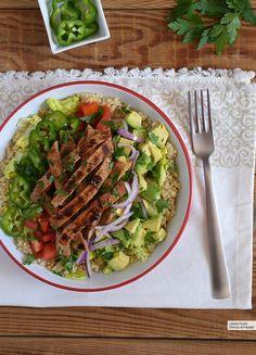 Ensalada de quinoa con ternera y aguacate: receta saludable súper nutritiva Salad Recipes, Diet Recipes, Cooking Recipes, Healthy Recipes, Tasty, Yummy Food, Batch Cooking, Healthy Meal Prep, Healthy Food