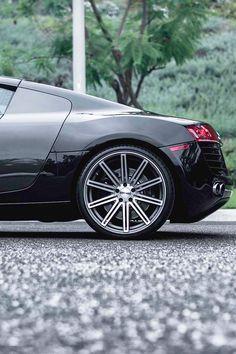 Audi R8... looks so aggressive...