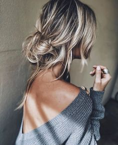 Frizzy, unmanageable hair that lacks shine is not uncommon among . that will help boost your hair's health, making it long, silky, and soft. Hair Inspo, Hair Inspiration, Honey Hair, Brown Blonde Hair, Great Hair, Mode Outfits, Messy Hairstyles, Hair Goals, Hair Makeup