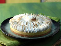 TARTE AU CITRON de T. BAMAS (Pour 2 tartes de 18 cm de Ø : SABLE : 180 g de poudre d'amandes, 140 g de sucre, 140 g de beurre froid, 140 g de farine T55,  sel) (SABLE CROUTILLANT : 320 g de sablé de base, 60 g de sucre, 80 g de chocolat blanc, 80 g de beurre) (CREME CITRON : 200 g de jus de citron, 100 g de sucre, 240 g d'œufs entiers, 5 feuilles de gélatine (soit 10 g), 240 g de chocolat blanc) (MERINGUE SUISSE : 200 g de blancs d'œufs, 400 g de sucre – au bain-marie à 60°) VIDEO