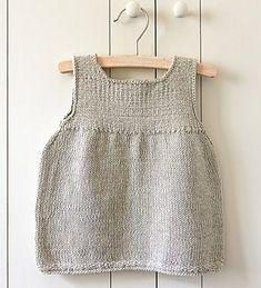 Rene linjer. Sød lille kjole eller tunika med vævestrik på bærestykket. Der er gode forklaringer til de uøvede. Her strikket i 100 % bomuld på pinde 3½