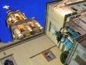 QUERETARO : Estatuas y campanario del histórico Convento de la Cruz (Convento de la Cruz) en la ciudad colonial de Queretaro, Mexico.  Foto de archivo