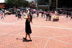 Una acción poética de intervención de espacios públicos inspirada en la actividad creadora de tejer.