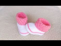 Crochet Baby Sandals, Booties Crochet, Crochet Shoes, Crochet Dolls, Baby Booties Knitting Pattern, Baby Shoes Pattern, Baby Knitting Patterns, Doll Patterns, Bebe Video