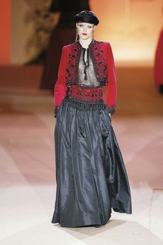 Yves Saint Laurent at Couture Spring 2002 - Runway Photos Vintage Ysl, Vintage Ladies, Vintage Fashion, Yves Saint Laurent Paris, St Laurent, Mode Inspiration, Clothing Patterns, Bohemian Style, Passion For Fashion