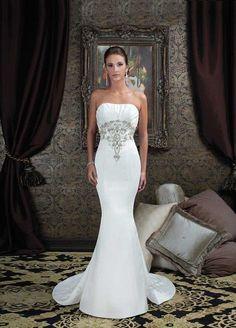 Lovely Irish Wedding dress in slim figure hugging style