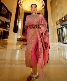 Neha Pendse looked stunning in a Maharashtrian bridal avatar for her private wedding ceremony in Pune. Indian Bridal Photos, Indian Bridal Outfits, Indian Bridal Fashion, Indian Designer Outfits, Indian Dresses, Saree Designs Party Wear, Wedding Saree Blouse Designs, Saree Wedding, Wedding Chura