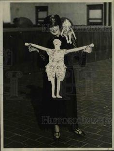 1922-Press-Photo-Miss-Nellie-Byrd-Brooklyn-NY-flapper-dolls-on-display
