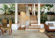O jardim de inverno ocupa os dois lados da escada entre a sala de jantar, no bloco da frente, e o espaço gourmet, no dos fundos. Projeto do escritório Brasil Arquitetura