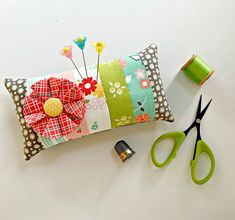 Pincushions diy, crafts sewing, fabric decor и pin cushions. Diy And Crafts Sewing, Crafts To Sell, Sewing Projects, Diy Crafts, Needle Book, Needle Case, Candle Holders Wedding, Craft Wedding, Crafts For Teens