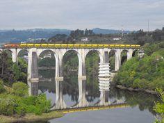 Ponte ferroviária sobre o rio Tâmega, em Portugal.