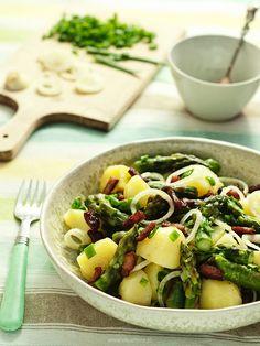 Sałatka ziemniaczana ze szparagami i boczkiem