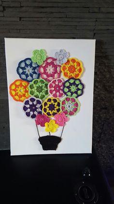 Mongoltfiere avec fleur africaines au crochet accrochée sur une toile :)