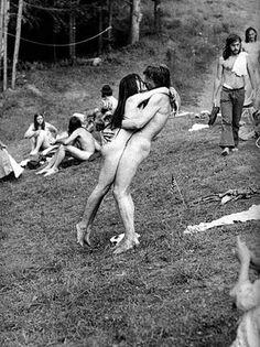 Summer of love - 1967 1969 Woodstock, Woodstock Hippies, Woodstock Music, Woodstock Festival, Woodstock Photos, Hippie Man, Hippie Love, Hippie Style, Hippie Couple