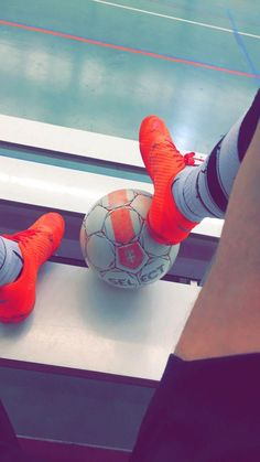 Learning To Play Football? Do you want to become a standout on your football team? Nike Football Boots, Football Girls, Football Cleats, Football Odds, Soccer Tumblr, Soccer Backgrounds, Soccer Baby, Soccer Photography, Abs Boys