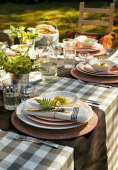 sunday lunch outdoor (via Keltainen talo rannalla) (my ideal home. Country Table Settings, Beautiful Table Settings, Table Setting Inspiration, Design Inspiration, My Ideal Home, Al Fresco Dining, Deco Table, Rustic Table, Decoration Table