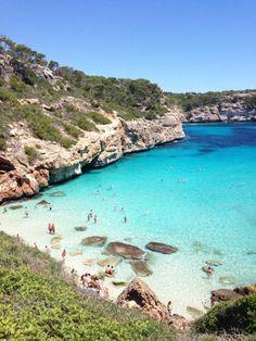 Die Caló des Moro ist die beliebteste Traumbucht auf Mallorca für Fotoshootings und für Touristen, die das ganz Besondere Stranderlebnis suchen.