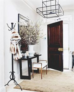 From Supermodels to the Fashion Elite: How to Decorate Like an It Girl via @domainehome (love the light fixture!)