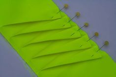 Sewing Tutorial: Dutch tutorial on making a twisted pleat Sewing Tools, Sewing Hacks, Sewing Crafts, Sewing Projects, Quilt Tutorials, Sewing Tutorials, Sewing Patterns, Techniques Couture, Sewing Techniques