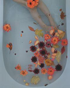 fall milk bath Fall flowers in the bathtub! Baby Milk Bath, Milk Bath Photos, Milk Bath Photography, Floral Bath, The Ancient Magus Bride, Relaxing Bath, Before Wedding, Shooting Photo, Fall Flowers