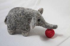 Plstěný slon s míčkem