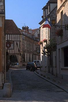 Discover the charming medieval village of Senlis about an hour drive northeast of #Paris. {Photo by Steve Crampton}