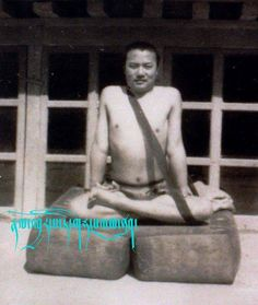 Kumbhaka or bum pa chen བུམ་པ་ཅན་ This ancient foto shows the correct use of the meditation belt or gomthag (sgom thag) in the practice of kumbhaka or bumpachen, the coordinated holding of the vital energies. After some inquiery it is clear now that this Kamtsang Kagyud practitioner is not only practicing in the style of the famous 16th Karmapa Rangjung Dorje but that it really depicts His Holiness, the 16th Karmapa Rangjung Dorje in young age;