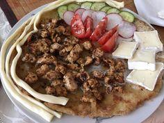 Zemiakové lokše sú jedným z tradičných jedál Slovenska, preto by ich mala vedieť pripraviť každá šikovná gazdiná. Lokše môžeme servírovať ako prílohu, napríklad k obľúbenej kačke, či ako hlavné jedlo s mäsom, či zeleninou. Kedže ako sa hovorí, že láska ide cez žalúdok, práve sýte lokše by mohli vašu polovičku potešiť. Budeme potrebovať: 1 kg