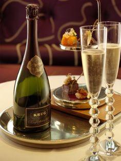 Lovely champagne and elegant stemware. Krug Champagne, Glass Of Champagne, Champagne Cocktail, Sparkling Wine, Champagne Glasses, Champagne Toast, Glace Fruit, In Vino Veritas, Wine Time