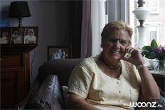 """Mevrouw Van Dommelen, 73 jaar, woont sinds vier jaar in een zorgappartement in het Dijkhuis, dat is aangesloten bij Zorgcentrum Vreeswijk.  """"Ik ben in Vreeswijk geboren. Het Oude Vreeswijk is het mooiste plekje wat er is. Overal kun je lekker zitten aan het water en heerlijk ijs eten""""."""