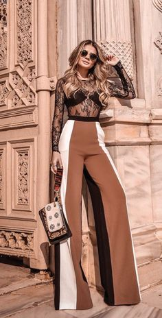 12 looks com um toque fashionista para copiar de Thássia Naves. Blusa de renda com manga, lingerie aparente, calça flare marrom com listras nas laterais,