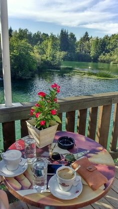 Coffe by the river. Coffee Photos, Coffee Pictures, Good Morning Messages, Good Morning Greetings, Good Morning Flowers, Beautiful Morning, Food Art For Kids, Good Morning Coffee, Coffee Photography