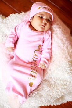 Pink newborn Girl name hat.newborn baby by TheNewBabyBoutique Girls Coming Home Outfit, Take Home Outfit, Baby Shower Gifts For Boys, Baby Girl Gifts, Baby Momma, My Baby Girl, Newborn Baby Girl Names, Baby Boy Blankets, Newborn Photo Props