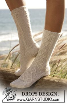 "DROPS socks with cable pattern in ""Alpaca"". Free pattern by DROPS Design. Knitted Slippers, Slipper Socks, Crochet Slippers, Knit Crochet, Knitting Patterns Free, Free Knitting, Free Pattern, Crochet Patterns, Drops Design"