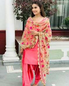 Be happy with nothing. And you will be happy with everything Be happy with nothing. And you will be happy with everything Punjabi Fashion, Indian Fashion Dresses, Dress Indian Style, Indian Outfits, Indian Gowns, Indian Clothes, Indian Wear, Patiala Suit Designs, Kurti Designs Party Wear