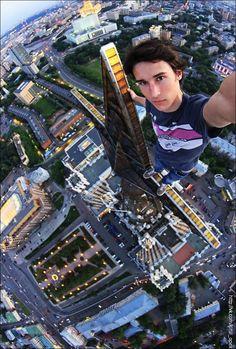 """Um click, um desafio e o registro de instantes divididos entre a vida e a morte. Assim o fotógrafo russo Kirill Oreshkin faz o seu trabalho pelos edifícios, pontes, antenas, andaimes e qualquer lugar das alturas de Moscou, registrando suas aventuras com uma câmera na mão, uma ideia na cabeça, muita adrenalina e nenhuma segurança...<br /><a class=""""more-link""""…"""